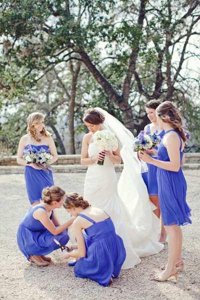 aksamitne sukienki w chabrowym kolorze dla druhen