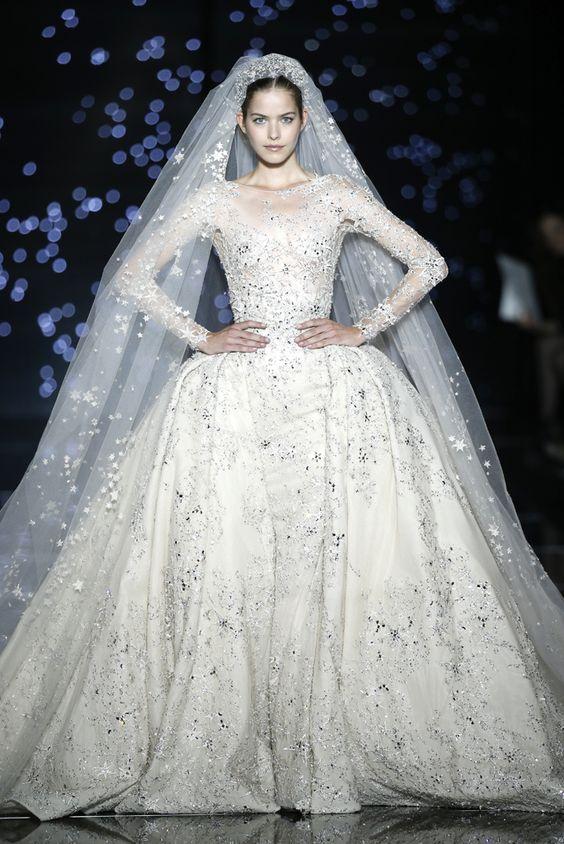 Efektowna suknia ślubna księżniczka z dopasowanym welonem
