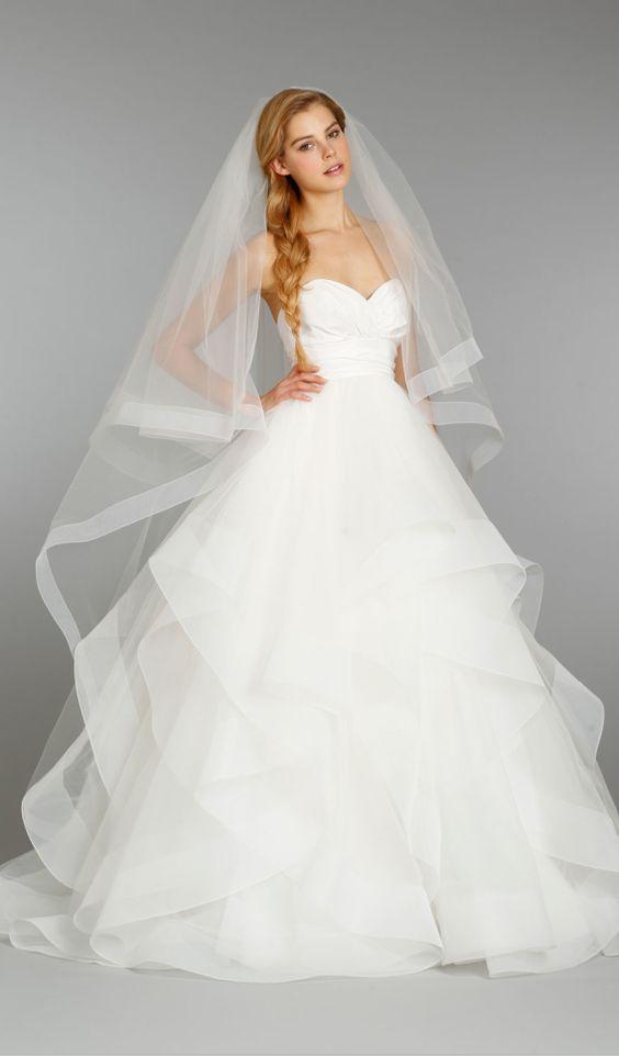 Prosta suknia ślubna z welonem