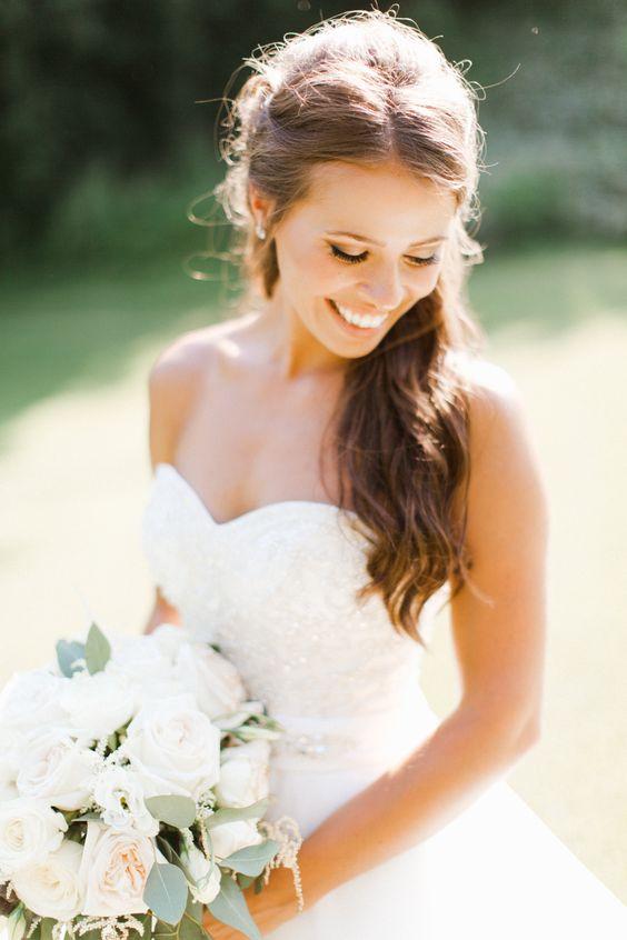 Szczęśliwa Panna Młoda w białej sukni ślubnej