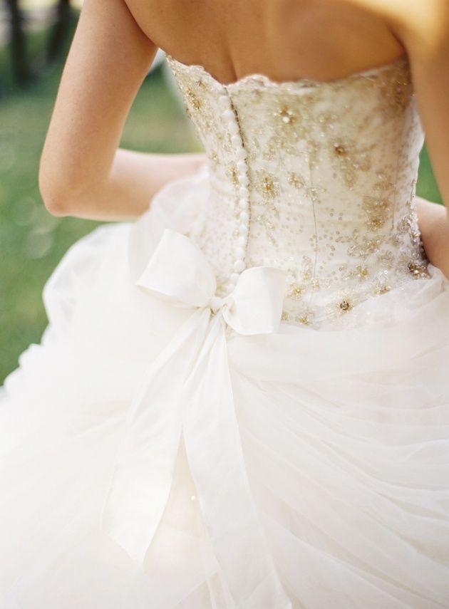 Zdobiona suknia ślubna z kokardą