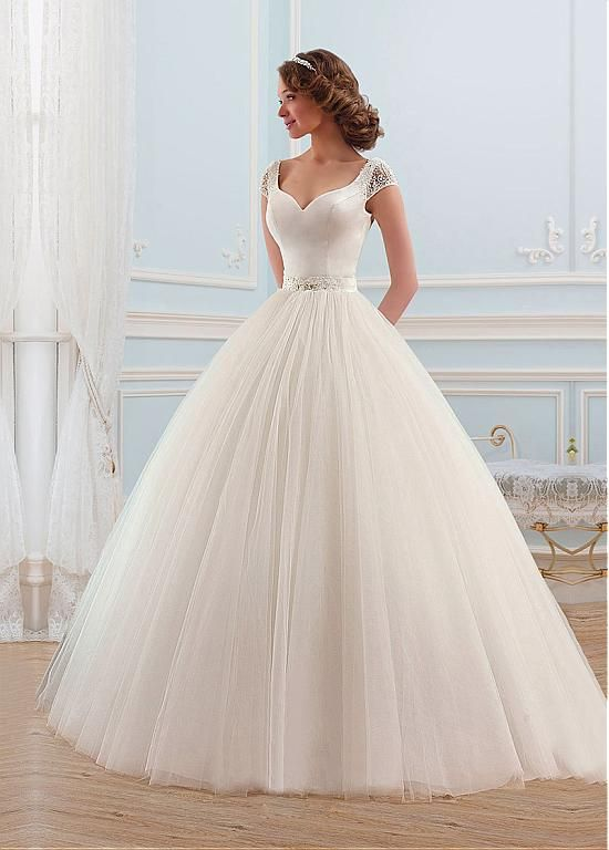Suknia ślubna w stylu księżniczki z rękawkami