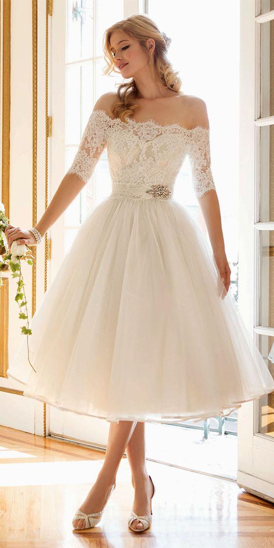 idealna suknia ślubna o długości do kolan z koronkowymi rękawkami