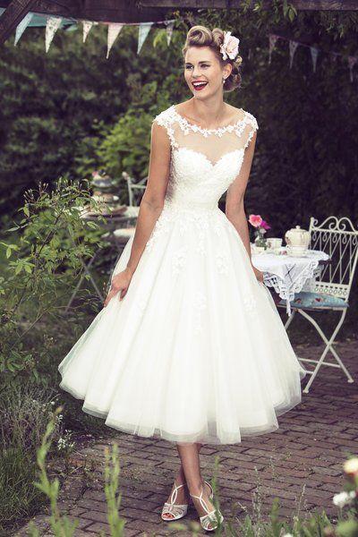 Panna Młoda w krótkiej sukience ślubnej