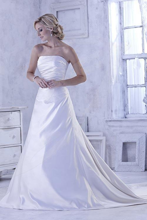 satynowa suknia ślubna z prostym dekoltem