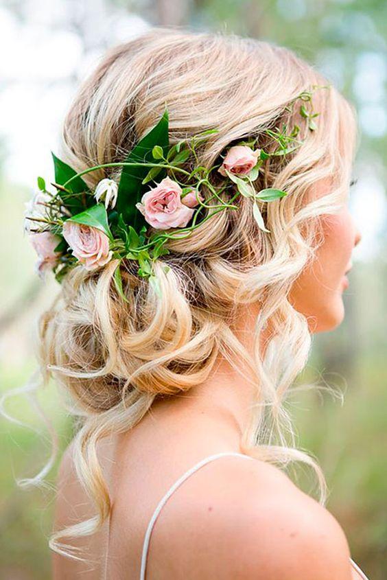 Romantyczne upięcie ślubne z wiankiem z kwiatów