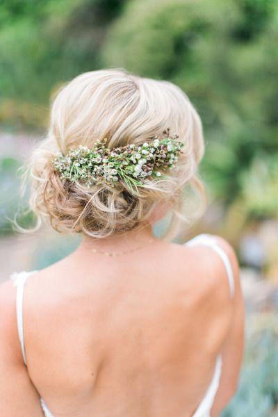 Fryzura ślubna z upiętych włosów z żywymi kwiatami
