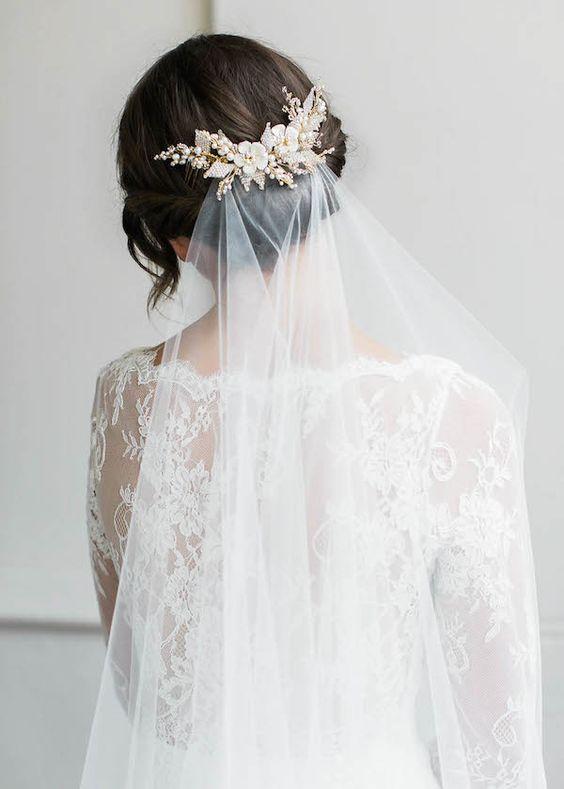 Upięcie ślubne z welonem przypiętym ozdobną klamrą
