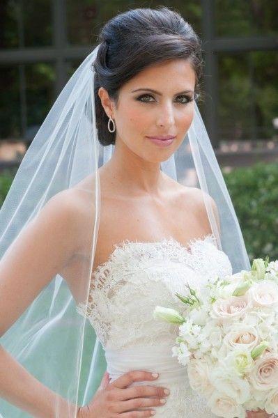 Eleganckie upięcie ślubne z długim welonem