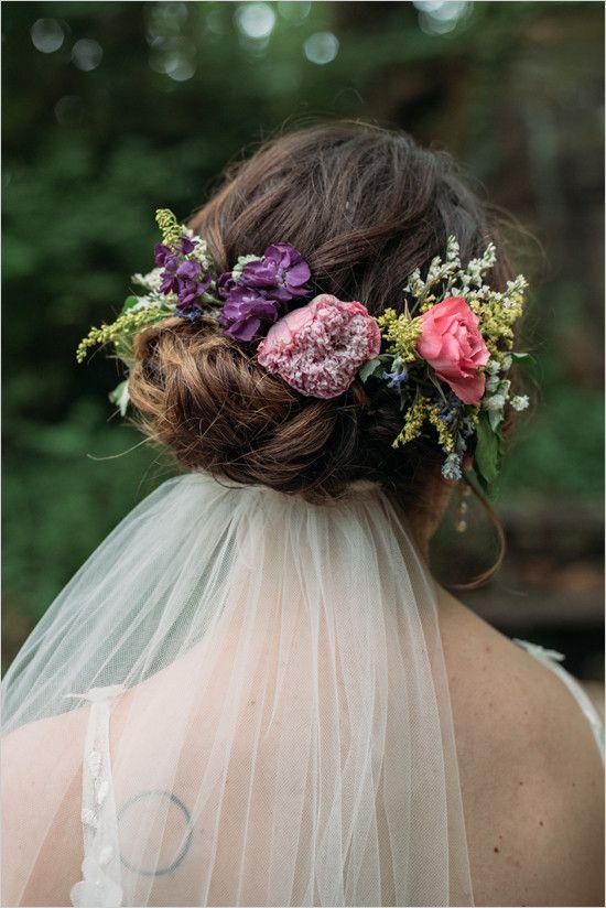 Nisko podpięty welon i fryzura ślubna z kwiatową koroną