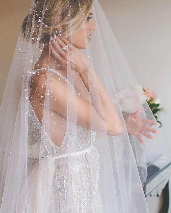 Elegancka fryzura ślubna - kok do ślubu z brokatowym welonem
