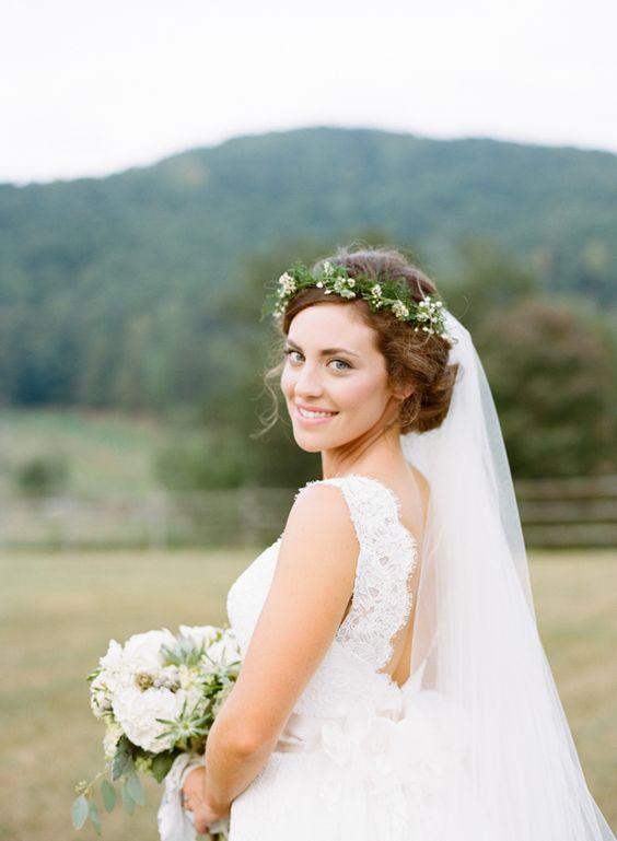 Upięcie ślubne z welonem i kwiatową koroną