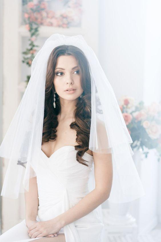 Fryzura ślubna z długich włosów z wysoko przypiętym welonem