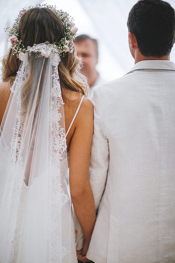 Fryzura ślubna z welonem i kwiatową koroną