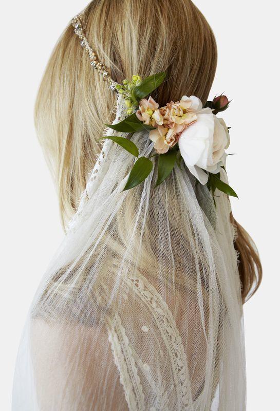 Rozpuszczone włosy do ślubu z welonem i żywymi kwiatami