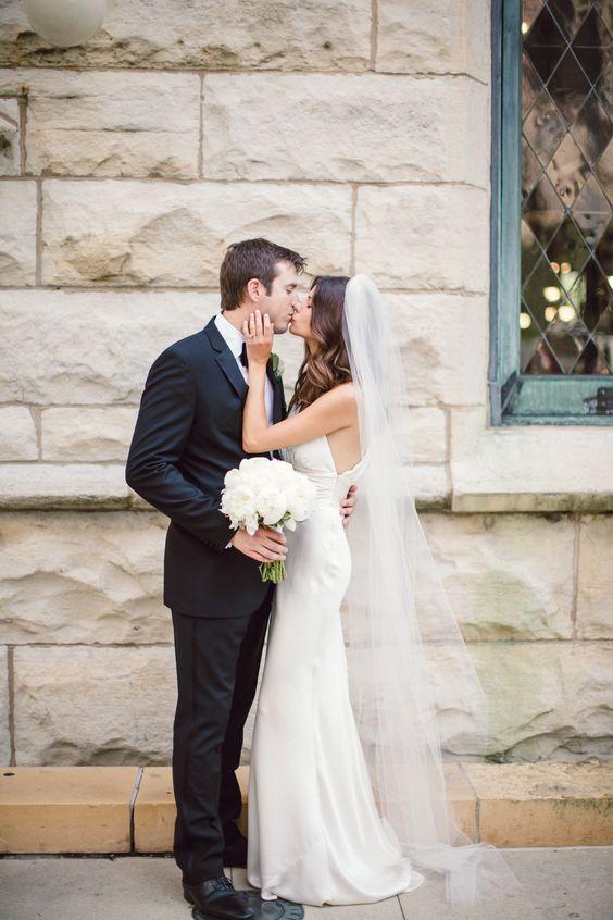 Fryzura ślubna z rozpuszczonych włosów z długim welonem