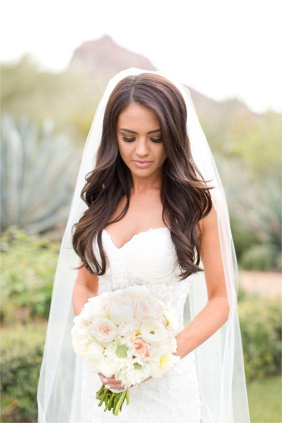 Fryzura ślubna z gęstych rozpuszczonych włosów z welonem