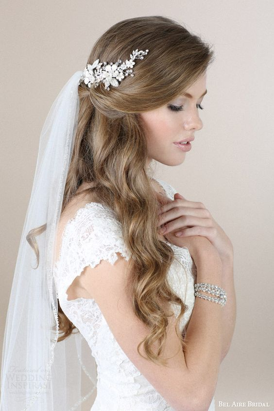 Rozpuszczone włosy do ślubu z welonem i srebrną klamrą