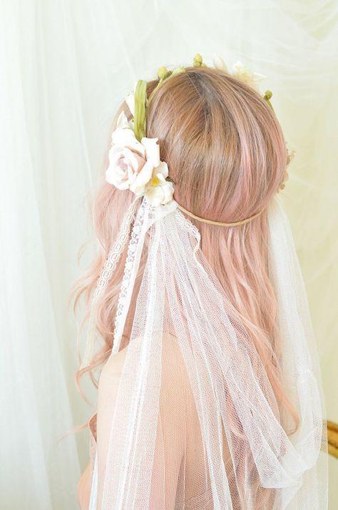 Fryzura ślubna z welonem i kwiatami we włosach