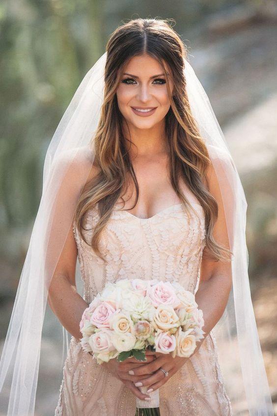 Fryzura ślubna z welonem i przedziałkiem na środku
