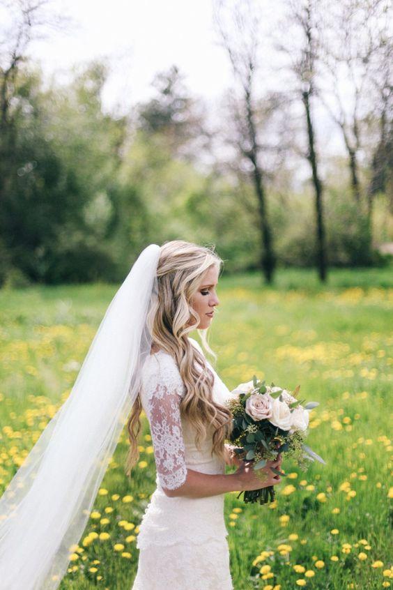 Fryzura ślubna z rozpuszczonych falowanych włosów z welonem