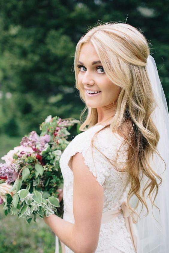 Falowane włosy do ślubu z welonem