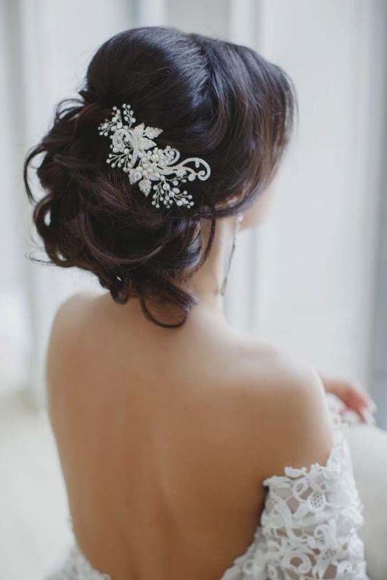 Fryzura ślubna z ozdobną broszką
