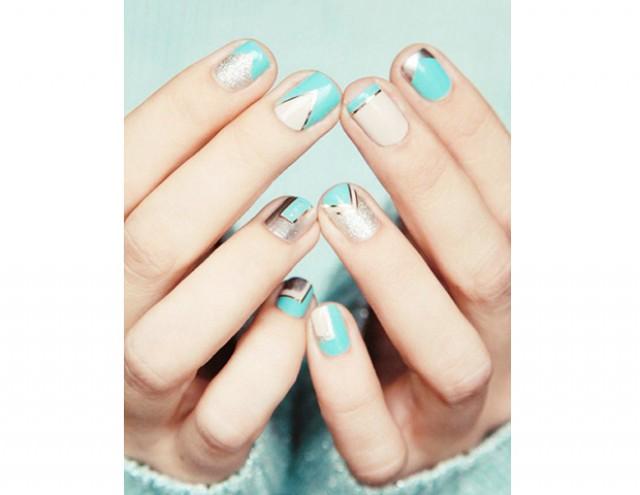 Błękitne paznokcie na ślub z geometrycznym wzorem