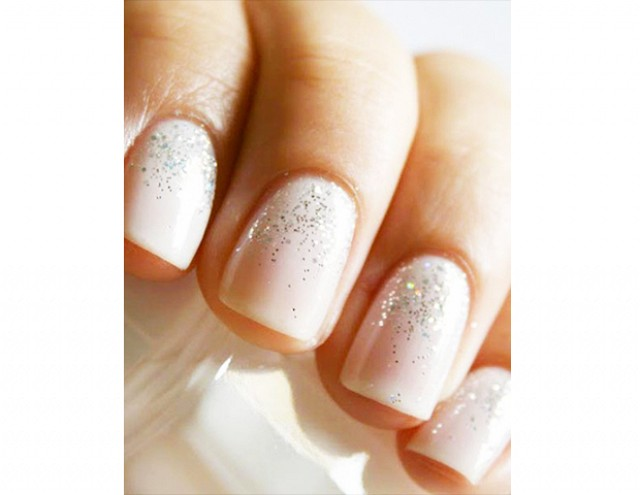Delikatne brokatowe paznokcie na ślub