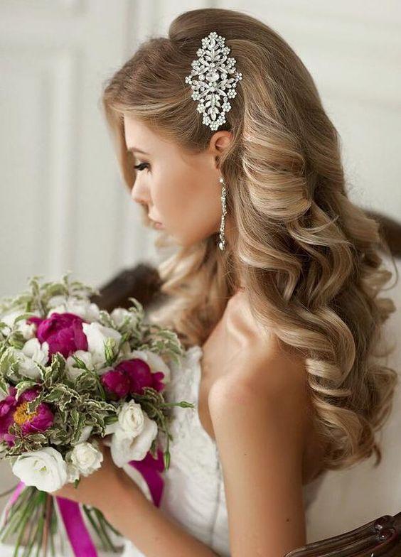 Fryzura ślubna z rozpuszczonych włosów z ozdobną broszką