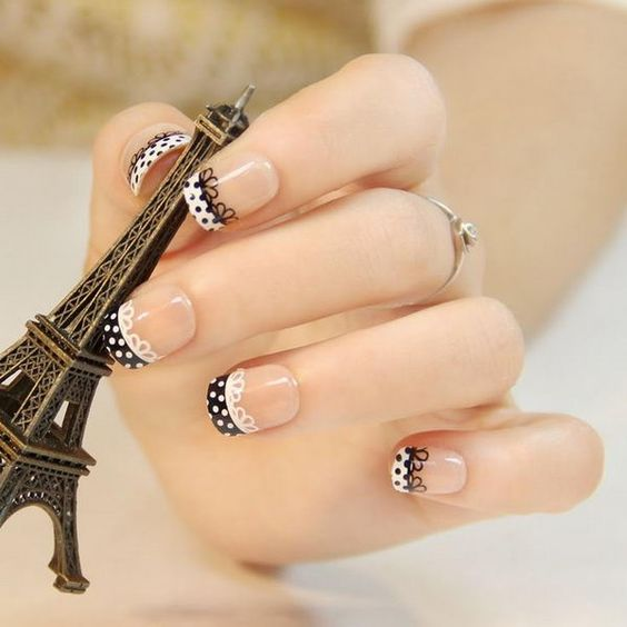 Romantyczny wzór na paznokciach ślubnych