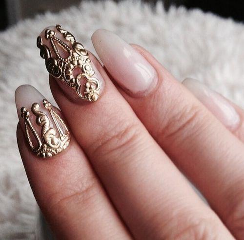 Złote dekoracje na paznokciach ślubnych
