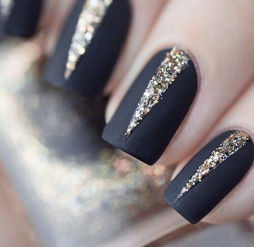 Matowe paznokcie na ślub w czarnym kolorze