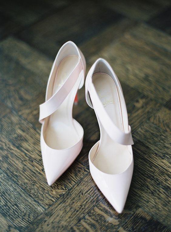 Czubki przy butach ślubnych