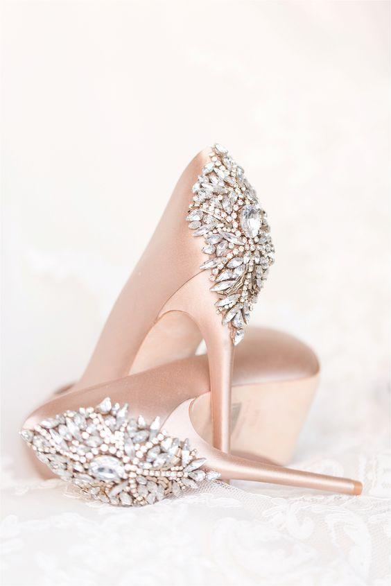 Jasne podeszwy w butach ślubnych