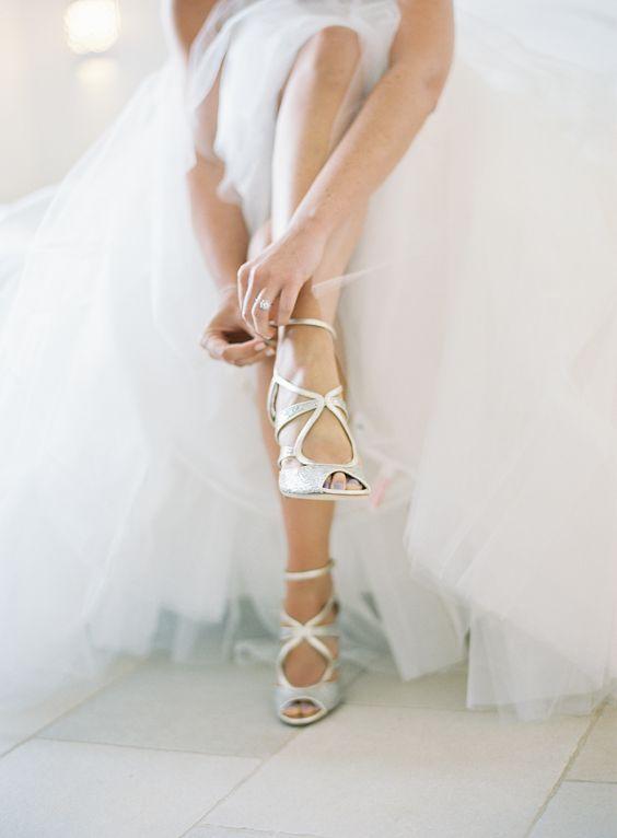 Panna Młoda w ślubnych sandałkach