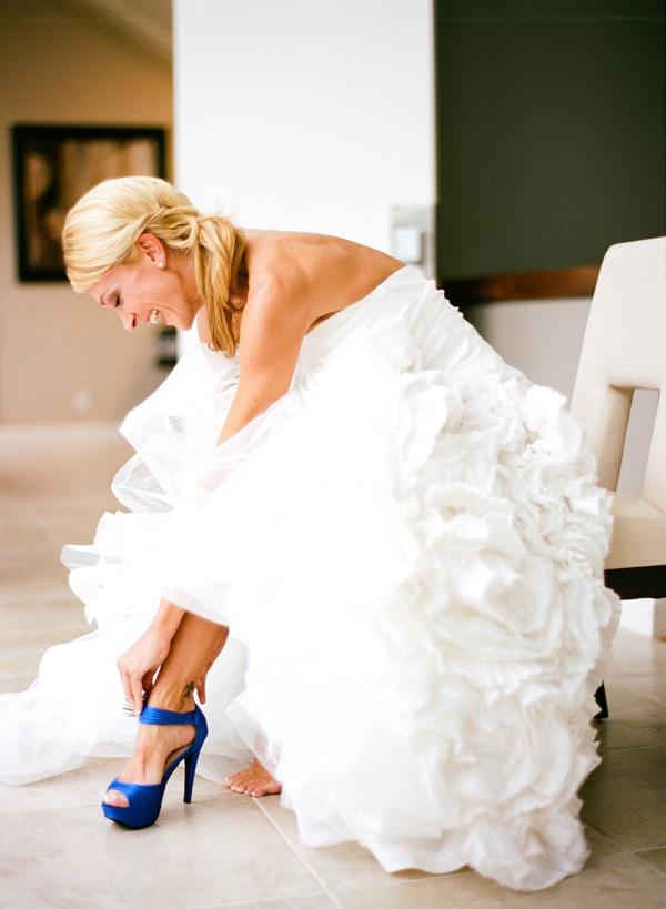 Panna Młoda w wysokich granatowych butach na ślub