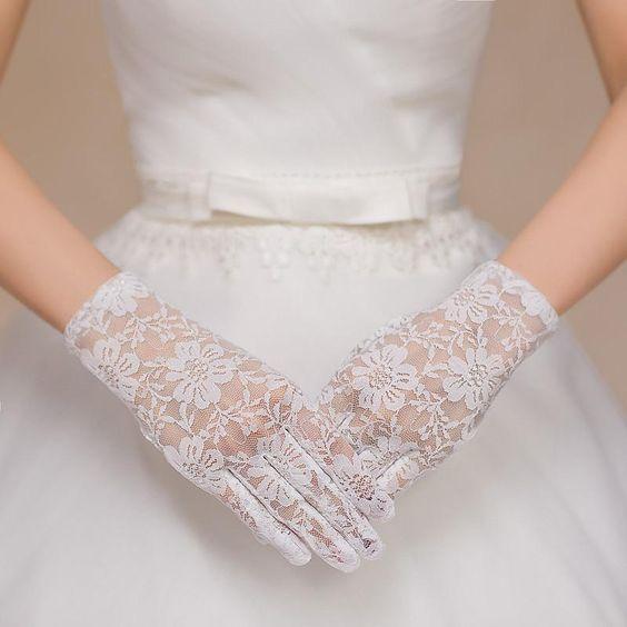 Krótkie rękawiczki na ślub z kwiatowym wzorem