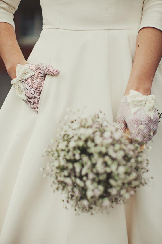 Krótkie rękawiczki dla Panny Młodej z kokardką