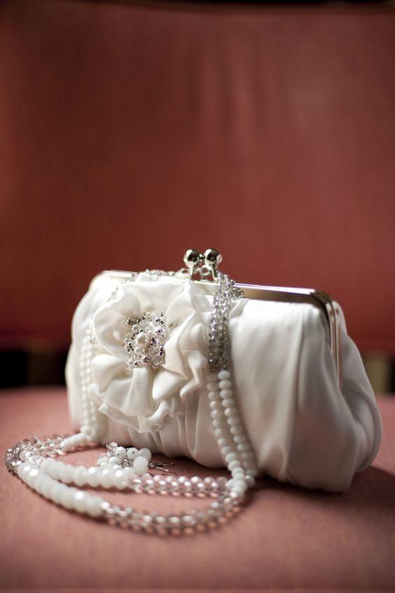 Biała torebka z perłami do ślubu