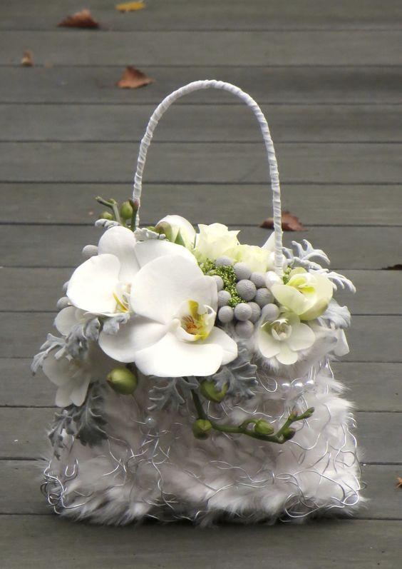 Biała ślubna torebka z żywymi kwiatami