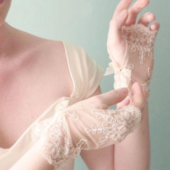 Krótkie rękawiczki ślubne bez palców z ozdobnymi haftami