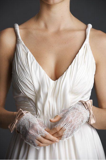 Krótkie rękawiczki ślubne z atłasowymi kokardkami