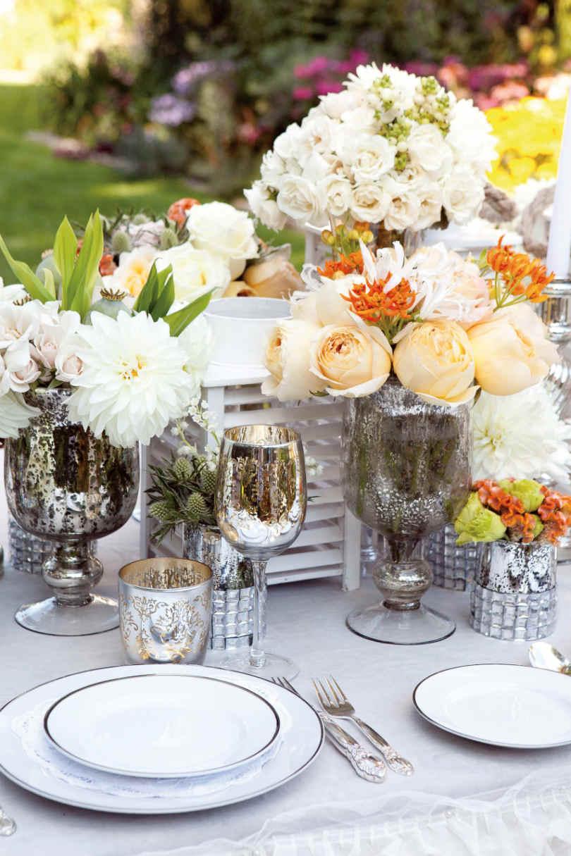 Srebrne puchary na stole weselnym