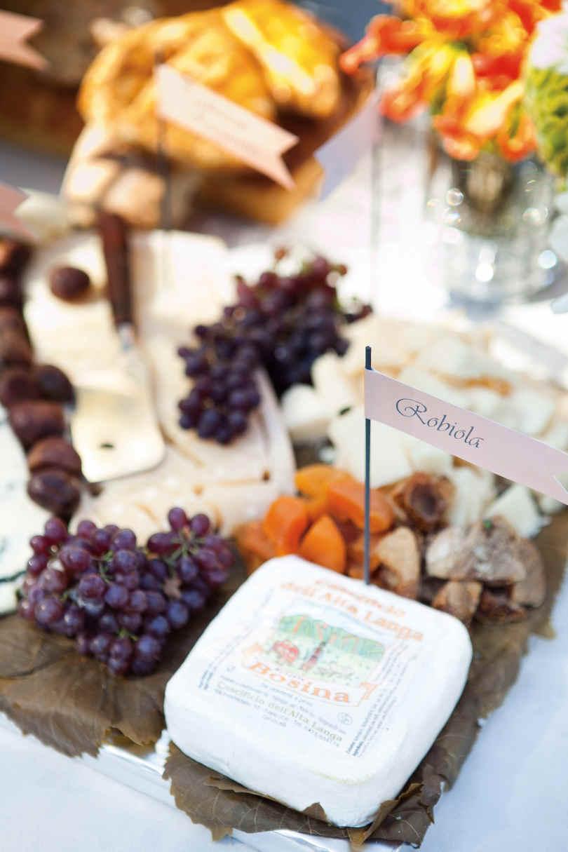Deska serów na stole weselnym