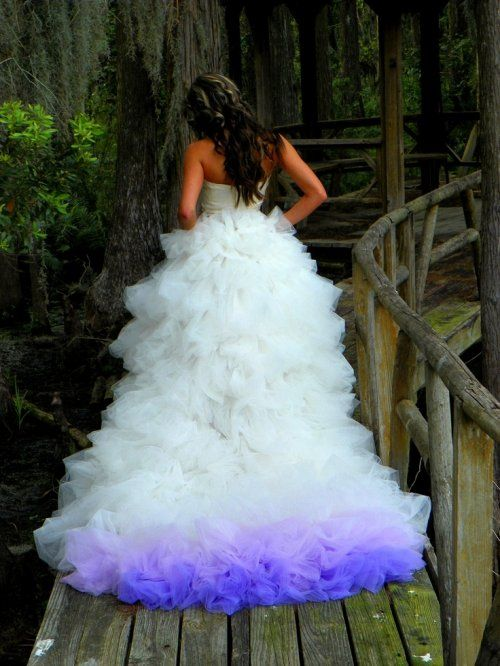 biała suknia ślubna z cieniowanym fioletem