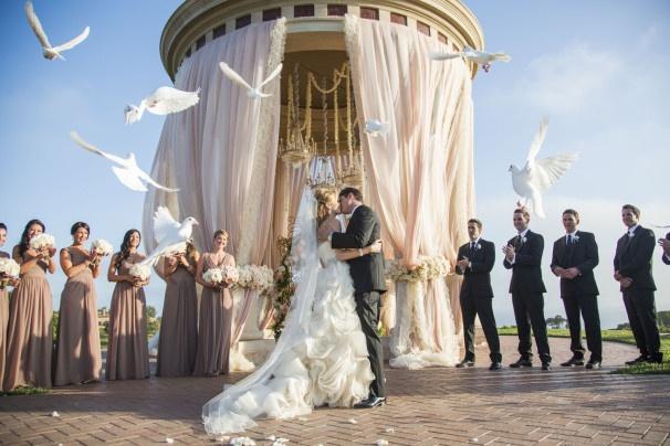 białe gołębie na ceremonii ślubnej