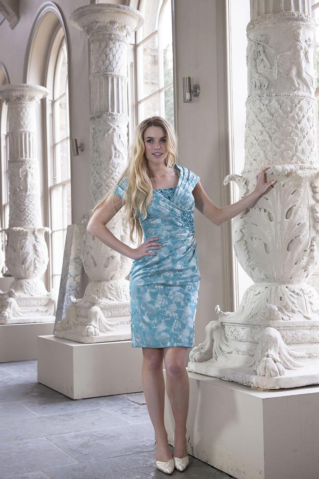 błękitna sukienka we wzory dla mamy panny młodej