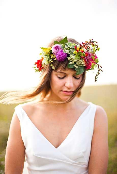 bogata korona z różnokolorowych kwiatów