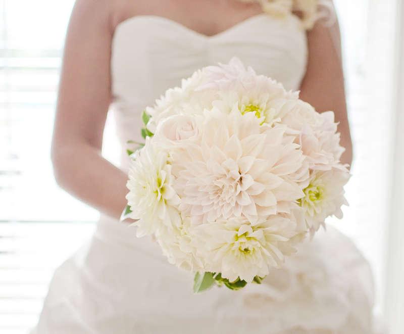 bukiet ślubny z białych dalii